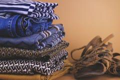 Zapatos, ropa y accesorios del ` s de las mujeres en un fondo coloreado Fotos de archivo libres de regalías