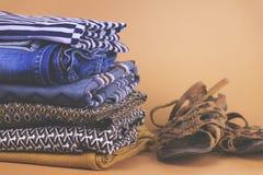 Zapatos, ropa y accesorios del ` s de las mujeres en un fondo coloreado Imagen de archivo libre de regalías