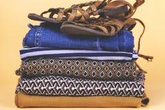 Zapatos, ropa y accesorios del ` s de las mujeres en un fondo coloreado Fotos de archivo