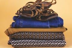 Zapatos, ropa y accesorios del ` s de las mujeres en un fondo coloreado Imagen de archivo
