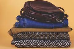 Zapatos, ropa y accesorios del ` s de las mujeres en un fondo coloreado Imágenes de archivo libres de regalías