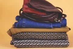 Zapatos, ropa y accesorios del ` s de las mujeres en un fondo coloreado Imagenes de archivo