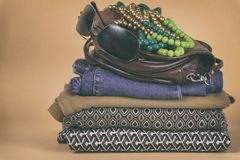 Zapatos, ropa y accesorios del ` s de las mujeres en un fondo coloreado Foto de archivo