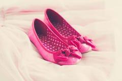 Zapatos rosados de la bailarina de la niña en la falda del tutú Fotografía de archivo libre de regalías