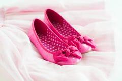 Zapatos rosados de la bailarina de la niña en la falda del tutú Imagen de archivo libre de regalías