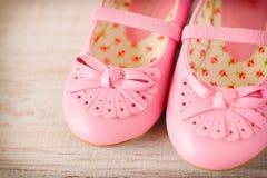 Zapatos rosados de la muchacha Imagenes de archivo