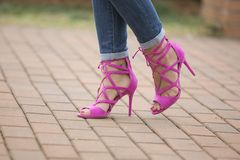 Zapatos rosados del alto talón Foto de archivo libre de regalías