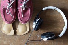 Zapatos rosados del deporte con las plantillas y los auriculares ortopédicos par Imágenes de archivo libres de regalías