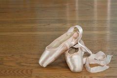 Zapatos rosados del pointe del ballet Fotos de archivo libres de regalías
