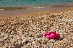 Zapatos rosados del verano para los niños, deslizadores del ` s de los niños, moda de la playa para el bebé, colorida de los zapa foto de archivo