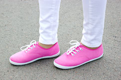 Zapatos rosados hermosos en la calle Imagen de archivo