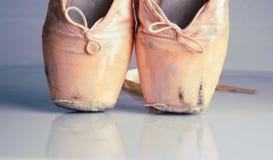 Zapatos rosados viejos del pointe del ballet Imagenes de archivo