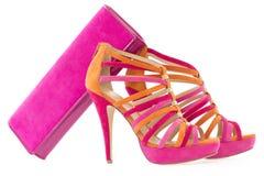 Zapatos rosados y anaranjados con el bolso que corresponde con, en blanco fotografía de archivo