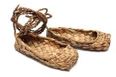 Zapatos rusos de la estopa aislados en blanco Fotografía de archivo