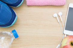 Zapatos, smartphone, y agua del deporte Foto de archivo libre de regalías