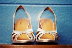 Zapatos Strappy en estante Foto de archivo libre de regalías