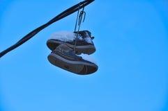 Zapatos suspendidos cubiertos con nieve Imagenes de archivo