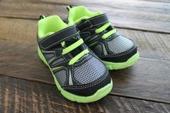Zapatos tenis atléticas de los muchachos y de los niños Imágenes de archivo libres de regalías