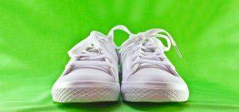 Zapatos tenis blancas Fotos de archivo