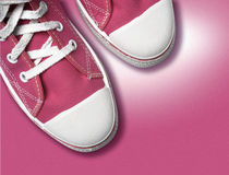 Zapatos tenis magentas imagen de archivo libre de regalías