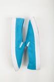 Zapatos tenis para las mujeres en el fondo blanco Imagenes de archivo