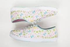Zapatos tenis para las mujeres en el fondo blanco Fotos de archivo