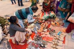 Zapatos, trabajo de arte, artesanías indias justas en Kolkata Fotos de archivo libres de regalías
