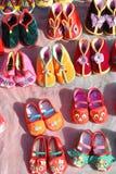 Zapatos tradicionales chinos del paño del bebé Foto de archivo libre de regalías
