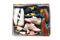 Zapatos usados de los niños en rectángulo Fotos de archivo