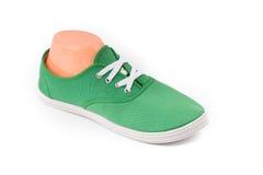 Zapatos verdes baratos del deporte Fotografía de archivo libre de regalías