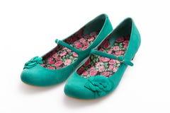 Zapatos verdes del ante de las señoras Imágenes de archivo libres de regalías