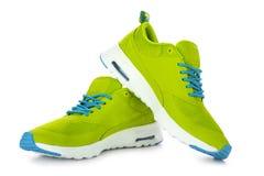 Zapatos verdes del deporte imagenes de archivo