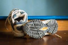 Zapatos viejos de los deportes Imagenes de archivo