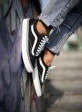 Zapatos viejos de Skool de las furgonetas en la acción Fotografía de archivo
