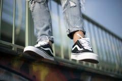 Zapatos viejos de Skool de las furgonetas en la acción Imágenes de archivo libres de regalías