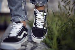 Zapatos viejos de Skool de las furgonetas en la acción Foto de archivo