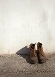 Zapatos viejos del ejército Foto de archivo
