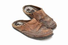 Zapatos viejos en el fondo blanco. Imágenes de archivo libres de regalías