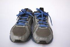Zapatos viejos en un fondo blanco imagen de archivo