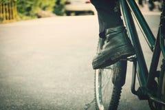 Zapatos viejos y bici vieja Fotos de archivo