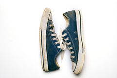 Zapatos viejos y sucios aislados en el fondo blanco Imagen de archivo libre de regalías