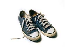 Zapatos viejos y sucios aislados en el fondo blanco Imágenes de archivo libres de regalías