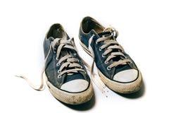 Zapatos viejos y sucios aislados en el fondo blanco Fotografía de archivo libre de regalías