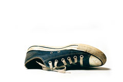Zapatos viejos y sucios aislados en el fondo blanco Fotografía de archivo
