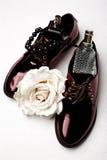 Zapatos y accesorios elegantes del clarete Fotos de archivo