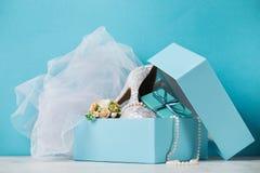 Zapatos y accesorios nupciales en caja Fotografía de archivo