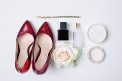 Zapatos y accesorios rojos Imagenes de archivo