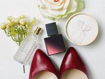 Zapatos y accesorios rojos Foto de archivo libre de regalías