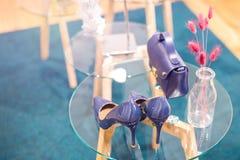 Zapatos y accesorios ultravioletas elegantes de moda hermosos de la mujer del color en una tabla de cristal Cuero pulido bigtime  Imagenes de archivo
