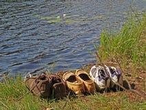 Zapatos y agua turísticos lilly Imagenes de archivo